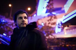 El cantautor Pau Alabajos retratat als carrers de Shanghai (Xina)